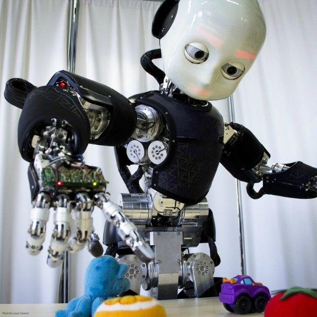 İnsan Davranışlarını Taklit Etme: Ne kadar robotları hep doğadan taklit edip yapmaya çalışsak da insanoğlu robotları hep kendine benzetmeyi istemiştir. Bundan dolayı robotların diğer bir özelliği de insanı taklit edebiliyor olması gerekir. Çünkü robot için bu zor ve tahmin gerektiren bir eylemdir. Örneğin aldatma gibi, insan hareketlerini taklit etmek robotları bize bir adım daha gerçekçi algılamamızı sağlar.