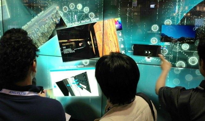 Kavisli ve Esnek Ekranlar: Ticari alanda henüz kullanılmaya başlanmasa da esnek ve kavisli ekranlar PLC sistemlerine veya düz ekran kullanımı zor olan makinelere monte edebilir.