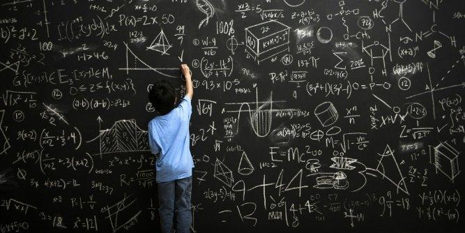 Tarihin en parlak zihinleri evreni anlamak ve ölçmek için matematiği temel alarak hesaplamalar yapmıştır. Defalarca hata yapmalarına rağmen vazgeçmeyip insanlık tarihini değiştirecek formüller bularak ve bunları kanıtlayarak dünyaya bakışımızı değiştirdiler. Bu fotoportumuzda dünyayı değiştiren 10 matematiksel denklemi sizler için derledik.