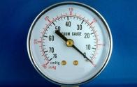 Vakum Basıncı: Gage basıncında olduğu gibi atmosfer basıncını mutlak sıfır kabul eder. Bu nedenle barometrik değişimden etkilenmez. Ancak gage basıncının aksine negatif basınç aralığı ölçer. Sıfır noktası ayarlanan yükseltilmiş gage basınç sensörüyle ölçüm yapılabileceği gibi ölçüm yapılacak basınç aralığına özel McLeod ve Pirani gibi basınç ölçerler de bulunmaktadır.