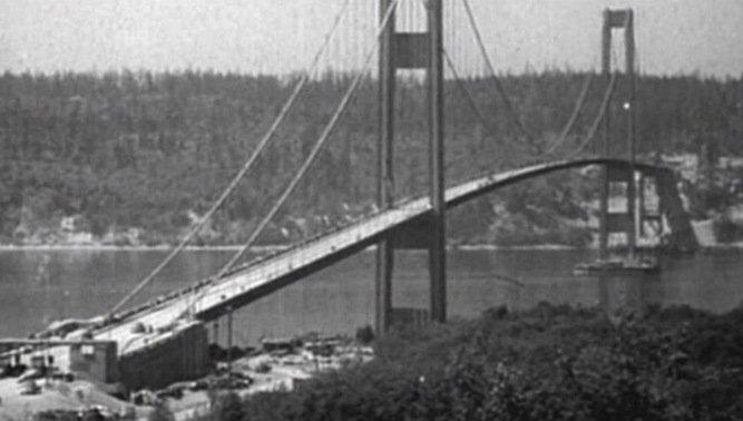 Tacoma Narrows Köprüsü – 1940: 853 metre uzunluğu ile dünyanın en büyük 3. asma köprüsü olan Tacoma Narrows 11.9 metre genişliğindeydi. Çok uzun olmasına rağmen genişliğinin çok küçük olması, kiriş yüksekliğinin olması gerekenden kısa olması ve kirişlerinin içi dolu levhalardan yapılması nedeniyle rezonansa kapılarak sallanarak yıkılmıştır.