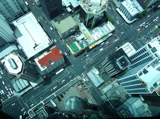 Sky Tower, Yeni Zelanda: Sky Tower'da 42 kat boyunca şeffaf camlarıyla şehri seyretme imkanı sunuyor. Eğer yükseklik korkunuz varsa bu gezinti sizin için pek iç açıcı olmayabilir. Açıkçası Sky Tower cesur maceraperestlere göre.
