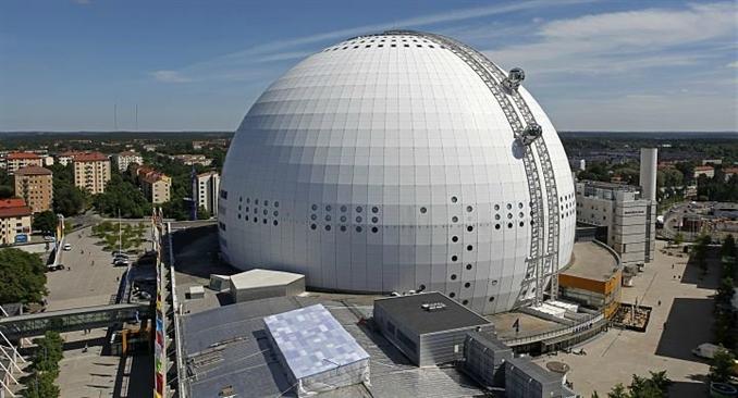 Globen Skyview, Stockholm: Fotoğrafta görmüş olduğunuz küresel yapının adı Ericsson Globe; iç yüksekliği 85 metre, çapı ise 100 metredir. Ericsson Globe konserler, spor müsabakaları ve daha birçok etkinliğe ev sahipliği yapmaktadır. Yine çember şeklindeki dışarıyı tamamen görebileceğiniz topların içerisinde Ericsson Globe'nin yüzeyinde binanın en tepe noktasına doğru olan geziniz 20 dk. sürüyor. Skyview ile yapmış olduğunuz yirmi dakikalık yolculuk sırasında Stockholm şehrinin manzarasını izleyebilirsiniz.