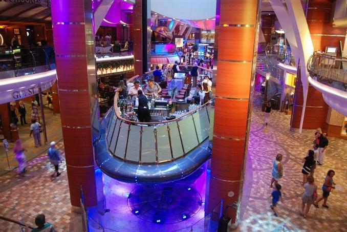 Rising Tide Elevator, Oasis of the Seas: İlk bakışta nasıl göründüğü tahmin edilebilir. Neden sürekli aşağı yukarı inip çıkan bir barın içinde oturulsun. Asansör normal bir barda bulunan bütün ekipmanlara ve servis ekibine ayrıca 35 kişilik kapasiteye sahip. Asansör bar şüphesiz ki dünya üzerindeki en yaratıcı asansörlerden biri, Oasis of the Seas isimli crusie gemisinin içinde bulunmakta.
