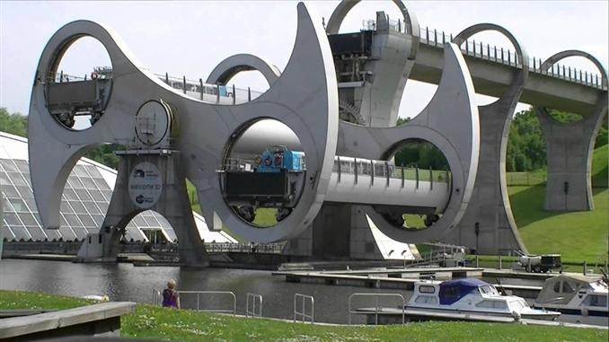 Falkirk Wheel, İskoçya: Falkirk Wheel  İskoçya'da bulunan bir mühendislik harikası dönen bot asansörü. Forth ve Clyde kanallarını birbirlerine bağlamakta. Asansörün uzunluğu 24 metre, 600 ton ağarlığında ve çalıştırılması için sadece 12 tane çamaşır makinesi motoru kullanılmış.