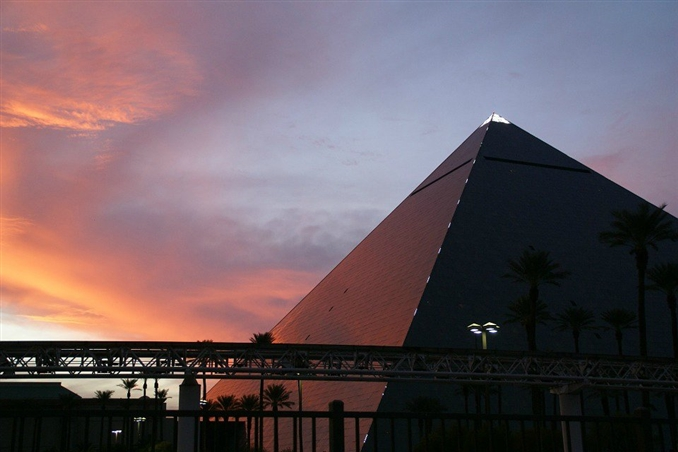 Luxor Inclinators, Las Vegas: Luxer şirketi ikonik mısır piramitlerinden esinlenilerek dizayn edilmiş piramit şeklindeki otelde konuklarını 39 derecede hareket ettiren asansörler sunuyor. Dünya üzerindeki diğer özel tasarlanmış asansörlerin aksine dışarıdaki manzaraya bakabileceğiniz bir pencere bulunmamakta. Fakat modern piramidin asansörünün son katında bulunan manzara Las Vegas ruhunu içinize çekmenizi sağlıyor.