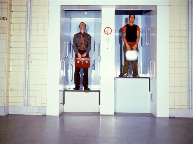 Paternoster Asansör, Avrupa: Paternoster asansörlerde kapı ve buton bulunmamaktadır. Diğer asansörlere nazaran daha yavaş hızda fakat sabit bir hızla hareket etmekte. Fakat biraz tehlikeli, inerken ve binerken kullanıcıların dikkatli olması gerek. Buna rağmen Paternoster asansörlerin Almanya ve İngiltere'de büyük bir hayran kitlesi bulunmakta.