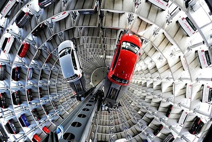 """Autostadt, Almanya: Almanca olarak """"araba kenti"""" anlamına gelen Autostadt, Almaya 'nın  Wolfsburg şehrindeki Volkswagen fabrikasının bitişiğinde bulunmakta. Bu bölgeye her yıl 2.000.000 ziyaretçi gelmekte. 400 araba kapasiteli asansörlü otopark altmış metre uzunluğunda. Otopark ile fabrikayı birbirine bağlayan 700 metre uzunluğunda bir yer altı tüneli bulunmakta, buradan gelen otomobiller saniyede bir buçuk metre mesafe kat edebilen asansörlerle taşınmakta ve yerleştirilmekte."""