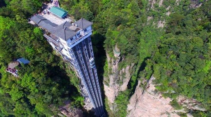 """Bailong Asansörü, Çin: Dünya üzerindeki en büyük ve yüksek bina dışı asansör olan Bailog asansörü Çin'in Wulingyuan bölgesinde bir uçurumun kenarında bulunmakta. Asansöre verilen ismin anlamı  """"Yüz dragonun asansörü"""" ve asansörün yüksekliği 325 metre uzunluğunda."""