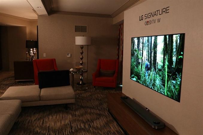 LG OLED W7 TV: LG'nin OLED W7 TV'si duvarda adeta bir postere benziyor. 65 inçlik TV sadece 3.85mm kalınlıkta.