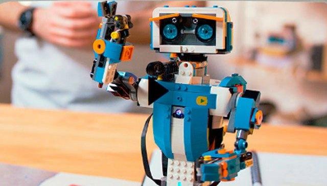 Lego Boost: Sürükle-bırak tabanlı programlama kullanarak bir uygulama yapılmasını sağlayan Lego Boost, çocukların yaratıcılıklarını gerçeğe dönüştürmelerini sağlıyor.