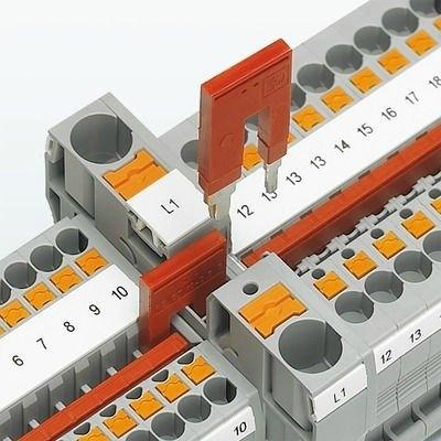 Kolay potansiyel dağıtımı || İndirici köprü farklı anma kesitli klemenslerin kolayca bağlanabilmesini sağlar. Güç blokları oluşturmak için de indirici köprü kullanılabilir, ör: bir 10 mm² klemens herhangi bir bağlantı teknolojisine sahip 2.5 mm² veya 4 mm² klemensle köprülenebilir.