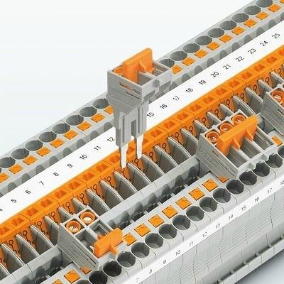 Anahtarlanabilir köprüleme || Ölçme-ayırma klemenslerinde köprüler akım trafosunun kısa devre edilmesini sağlar. Anahtarlamalı köprüler köprüleme şaftındaki ayırma noktasının her iki yanına takılabilir. Kısa devre operasyonu güvenle yapılır ve alet kullanımı gerektirir.