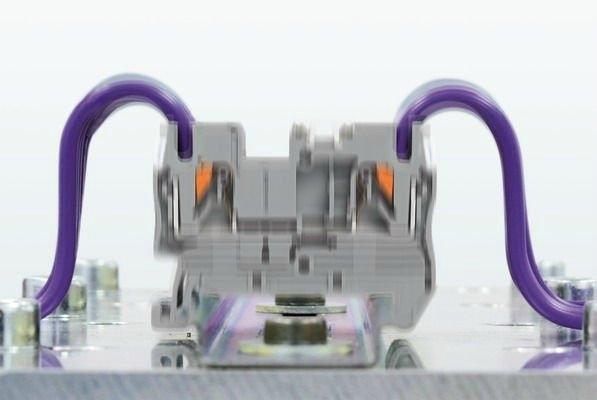 Titreşime dayanıklı kontak || Push-in bağlantı teknolojisi maksimum titreşim ve darbede test edilmiştir. Test 5 Hz - 150 Hz frekans aralığında 5.72 m/s² ivmeye kadar yapılır. Test nesneleri üç eksenin (x, y, z) herbirinde test edilir. Ayrıca test boyunca 1 μs'den uzun kontak ayrımına izin verilmez. Push-in teknolojisi bu yüksek titreşim gereksinimlerini karşılar ve 350 g'lik darbelere dayanır.