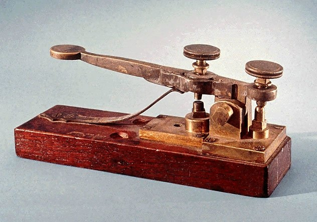 Telgraf: Telgraf, teleks ve faks makinelerinin öncüsüydü. Sivil ve askeri haberleşme için, mesaj göndermek ve almak için kullanılırdı. Bir operatör yardımı ile telgraf kullanılmaktaydı. 19. Yy'da icat edilmiştir. Kesikli çizgilerden oluşturulan kodlar ile haberleşme yapılırdı. Mors alfabesi olarak bu kodlar, elektrik akımının iletimi ile yapılmaktaydı. Alıcı kısımda ise bir elektromıknatısın gelen akıma göre bir kalemin bağlı olduğu mekanizmayı çekip bırakarak kâğıt üzerinde izler oluşturmaktaydı. Yapılan gelişmeler ile çok hatlı sistemler ve radyonun icadı ile kablosuz şekilde hızlı ve seri bir iletişim cihazı olarak kullanılmıştır.