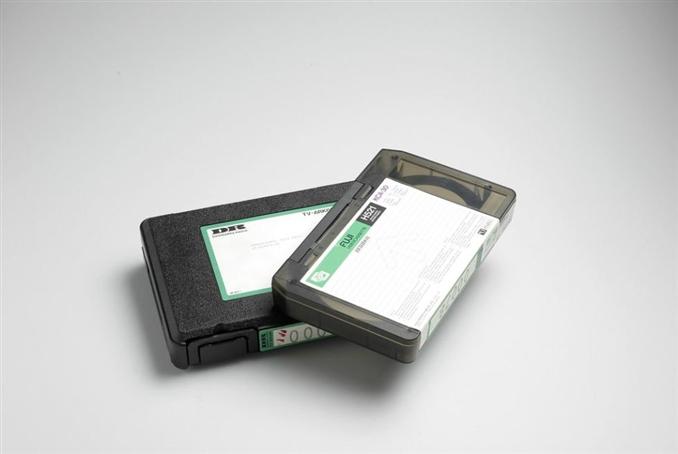 VHS kasetler: Video Home System kelimelerinin baş harflerinin kısaltması şeklinde oluşturulan VHS, JVC firması tarafından geliştirilmiştir. Evde film izleme amacıyla üretilen kasetler ilk zamanlar sadece okuma yapabilen cihazlar kullanılarak izlenmekteydi. İleri ki yıllarda kaydetme özelliğine sahip cihazlar ile kaydetme özelliği getirilmiştir. Sony firmasının Betamax sistemi ile aynı özelliklere sahip olmasına rağmen adını daha çok duyurmuştur. Manyetik bir bant ile hem okuma hem de kaydetme yapılıyordu. 20 ila 120 dakika arasında kayıt yapan kasetler analog olarak çalışmaktaydı. Video kameraların kullanımı artmasıyla boyutlarında küçülmeye gidildi. Geliştirilmeye devam edilerek çeşitli özelliklerde kullanıcılara sunuldu. Uzun yıllar kullanılan kasetler 2006 yılında son film üretiminden sonra, firmalar 2016 yılı itibari ile bu sistemden desteğini çekti.