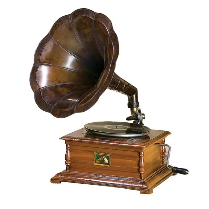Gramofon: 1877 yılında Thomas Edison tarafından icat edilmiştir. Üzerinde çukur açılmış plakları bir iğne yardımı ile tarayarak kaydedilmiş mekanik sesleri çalan alettir. Plağın konduğu disk bir kolun çevrilmesiyle yay mekanizmasını kurar. İğnenin konulduğu plak dönmeye başlayarak sesler çıkarırdı. Sesleri artırmak için geniş ağızlı borular kullanılmaktaydı. İğne olarak madeni iğneler kullanılmaktaydı. Bunlar belli bir süreden sonra deforme olmaktaydı. Elektriğin içine girmesi ile ses yükseltmek için amplifikatörler kullanılmaya başlandı. Gramofona göre dijital olanlara ise pikap denilmektedir.