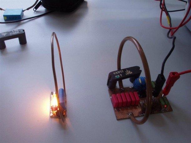Kablosuz Elektrik: İnsanlığın en büyük hayalleri arasında kablosuz elektrik iletimi bulunuyor. Bu hayal, yakın gelecekte gerçeğe dönüşebilir. Cihazlar için kablosuz şarj yapıları bunun en önemli örneklerinden biri. Bir dizi şirket bütün bir evi güçlendirebilecek elektrikli 'hub'lar' üretmeye çalışıyor. Çalışma, MIT'in Marin Soljacic tarafından yapılan araştırmaya dayanıyor. Fikir, bazı özel elektromanyetik dalgaların enerjiyi aktarmasını kolaylaştırdığı gerçeğini kullanmak ve elektriğin aynı frekansta titreşen nesneler arasında aktarılabilmesini sağlamaktır.