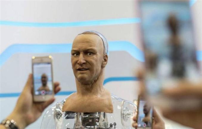 Han robot: Hanson Robotics tarafından geliştirilen insansı robot Han saçları, tırnağa benzeyen uzuvları, tuhaf görünüşlü garip erkeksi görünümlü bir robottur.