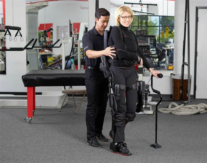 AKA Exoskeletons: Ortezler, yürüme yeteneğini kısmen veya tamamen kaybetmiş kişiler için oldukça kritik bir öneme sahip. Bu ortezler, kasları zayıflamış olan felçli insanların hareket kabiliyetinin artmasını yardım ediyor. Rehabilitasyon sürecinin kısalmasını sağlıyor.