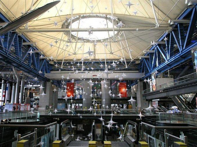 The City of Science and Industry: Paris'te bulunan bu müze, keşif, ilaç, uzay, botanik ve endüstriyi kapsayan çok sayıda etkileyici sergiye sahip. Etkileyici bir planetaryum, bir denizaltı, IMAX tiyatrosu (La Géode) ve çocuk oyun alanına da sahip. Müze, yılda yaklaşık 5 milyon ziyaretçi çekiyor.