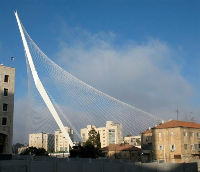 The Neofuturistic Bridge: İki nokta arasında geçiş sağlamanın çok ötesinde olan bu köprü, sembolik bir yapıya dönüşmüş durumda. Estetik açıdan farklılığıyla dikkat çeken köprü, en az bakım harcaması gerektiren bir yapıya sahip. Ayrıca yay ve bisikletliler de bu köprüyü kullanabiliyor.