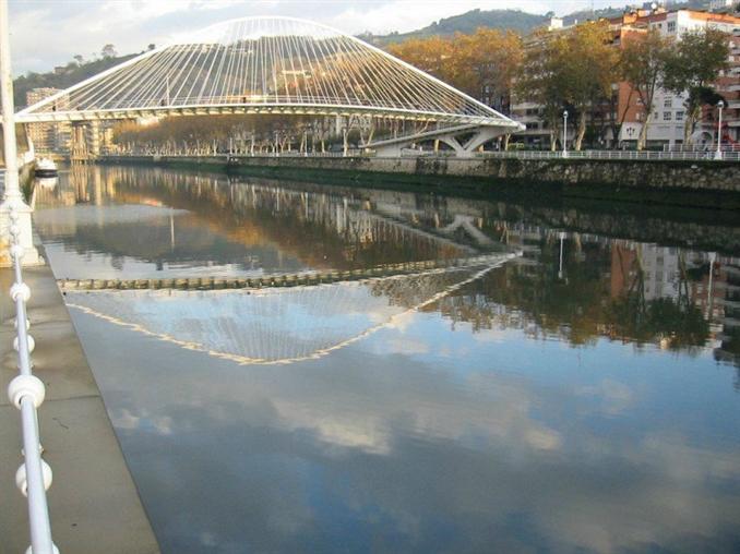 Campo Volantin Foot Bridge: 1997 yılında tamamlanan köprü, Bilbao Nehri'nden geçiyor. Şehir merkezinde Urbitarte adı verilen ticaret bölgesiyle bağlantı kurulmasını sağlayan köprü, kemer ve çelik borularla güçlendirilmiş. Ayrıca saydam bir görüntüye sahip.