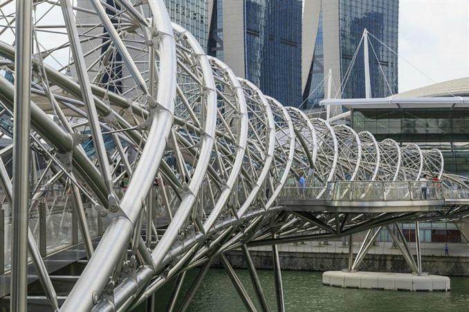 The Helix Bridge: DNA Köprüsü adı verilen bu büyüleyici yapı, Singapur'daki Marine Körfezi'ni süslüyor. Başlangıçta yerli bir Malezya balık tutma tuzağı ağına benzemesi planlanan köprü, Singapur nehri boyunca bir yaya bağlantısı sağlar. Köprünün toplam uzunluğu ise 280 metre.
