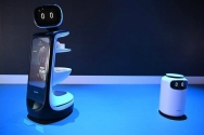 2)SAMSUNG BOT RETAIL: Samsung, CES 2019'da Bot Retail, Bot Care ve Bot Air isimli üç yeni kişisel robotu tanıttı. Bot Retail, geniş bir ön ekran ve arkasında bulunan raf sistemi ile tanıtılan üç kişisel robotun en büyüğüdür. Bot Retail, yiyecek, içecek gibi eşyaların taşınması için kullanılacak. Samsung Bot Retail, insanlarla etkileşim kurma, NFC teknolojisini kullanarak ödeme yapma ve ön kamerayı kullanarak nesneleri tanıma gibi pek çok yeteneğe sahip.