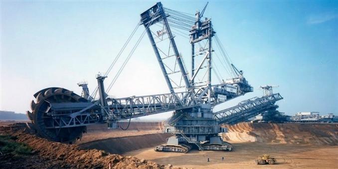 2. Bagger 293: Dünyanın en büyük ikinci makinesi unvanını taşıyan bu tekerlekli ekskavatör, 1995 yılında Almanya'da inşa edildi. 96 metre yüksekliğe ve 225 metre uzunluğa sahip bu makine, 14.061 ton ağırlığında.