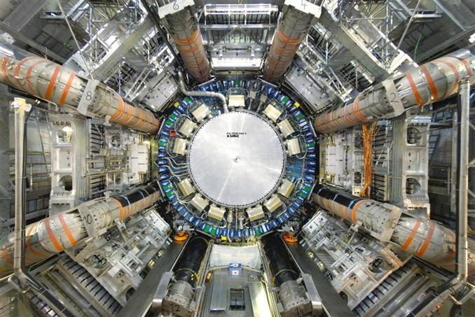 1. Büyük Hadron Çarpıştırıcısı: Büyük Hadron Çarpıştırıcısı, insanlığın inşa ettiği en büyük makine unvanını taşıyor. Çember şeklinde bir yapıya sahip bu devasa makinenin çevresi 27 kilometre. Bu makinenin görevi ise atom altı parçacıklar gibi dünyanın en küçük yapılarını incelemek.