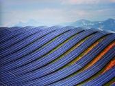 9.Les Mees Projesi: Kurulu gücü 18.2 MW olan ve deniz seviyesinden 800 metre yukarıda bulunan proje Fransa'nın güneyinde yer alıyor. Konumu sebebiyle temiz hava aldığı için diğer tarlalardan %10-15 daha fazla verime sahip. Proje 200 hektarlık alanda 122.000 panelle yaklaşık 12.000 eve enerji sağlıyor.