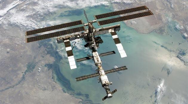 <strong>Uluslararası Uzay İstasyonu:</strong> <em>İstasyonun görevine devam etmesi için her yıl 2 milyar dolar harcanıyor ve binlerce işçi çalışıyor. Bugüne kadar 11 ülkeden 201 kişi ve 7 uzay turisti istasyonu ziyaret etti. Yaklaşık bir 10 yıl daha yörüngede kalması planlanıyor. Burada yapılan araştırmalarda, salmonella bakterisinin uzayda daha öldürücü olduğu belirlendi. Bu keşif ve değişikliğe yol açan genlerin keşfi salmonella ve hastane virüsü (MRSA) ile mücadele etmek için ilk aşıların geliştirilmesini destekliyor.</em>