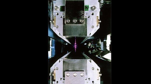 <strong>İleri Işık kaynağı (Nihai mikroskop):</strong><em>1993 yılından beri Kaliforniya'daki araştırmacılar, proteinlere, pil elektrotlarına, süper iletkenlere ve diğer materyallere onların atomik, moleküler ve elektronik özelliklerini ortaya çıkarmak için güneşin yüzeyi kadar parlak olan foton ışınını 1 milyon kez gönderdiler. Melanoma (en riskli cilt kanseri) ile ilişkili protein üzerinde çalışan bilim adamları, hastalıkla mücadele etmek için yeni bir ilaç geliştirilmesinde yardımcı oldular. İlaç geçtiğimiz günlerde hastalığın 2. ve 3. evrelerinde klinik deneylerde denendi.</em>