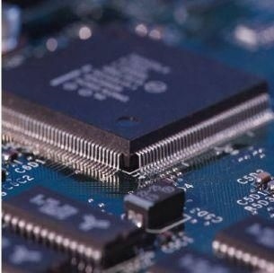 SyNAPSE adı verilen projenin ikinci aşamasında IBM,Columbia,Cornell,California ve Wisconsin gibi ABD nin önde gelen üniversiteleriyle işbirliği yapacak.Projeye,ABD silahlı kuvvetlerinin yüksek teknoloji projelerini finanse eden DARPA adlı kuruluş 21 milyon dolar kaynak sağladı.