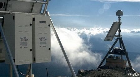 """Earthscope: Bilim adamları, yeni geliştirilen uzaktan algılama teknolojisinin yardımıyla, Batı Amerika bölgesinde yaptıkları araştırmada, kuvartz kristal çökeltilerinin, Amerika'nın Kaliforniya, Idaho, Nevada ve Utah eyaletlerindeki dağların ve fay hatlarının oluştuğu bölgelerde sıklıkla bulunduğunu ortaya koydu. Bölgedeki ısı ve kütle çekimini Earthscope teknolojisinin kullanıldığı hareket ettirebilir sismik araçlarla inceleyen araştırmacılar, tekrarlayarak yaptıkları testlerle jeolojik olaylarla kuvartz çökeltileri arasındaki ilişkiyi ortaya çıkardılar. Yeryüzü hareketlerini, kayaların özellikleriyle ilişkilendiren araştırmacılar, kum taşının başkalaşmış hali olan kuvartzın, içinde barındırdığı suyu, basınç altında ısıtıldığında, nasıl dışarıya bırakarak taşların kaymasına ve dökülmesine yol açtığını gösterdi. Araştırmacılar depremlerin meydana gelmesinin ve kıtaların, kıtasal tabaka hareketleri veya kıtasal kayma adı verilen şekilde hareketinin, kuvartz çökeltilerinin bu özelliğiyle açıklanabileceğini belirttiler. <br/><br/><p><a href=""""http://www.elektrikport.com/dunyanin-en-buyuk-10-bilim-projesi/guncel/"""">Haberin devamı için tıklayınız....</a></p><br/><br/><p> </p>"""