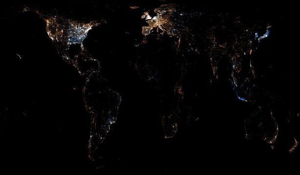 İngiliz fotoğrafçı Eric Fischer, yazdığı bilgisayar programı sayesinde dünyada twitter kullanımı yoğunluğunu haritalandırdı. Twitter'da paylaşılan mesaj ve fotoğrafların yoğunluğuna göre renklendirilen haritada Türkiye genel olarak haritada karanlık görünse de İstanbul parlıyor. <br/><br/><p> </p>