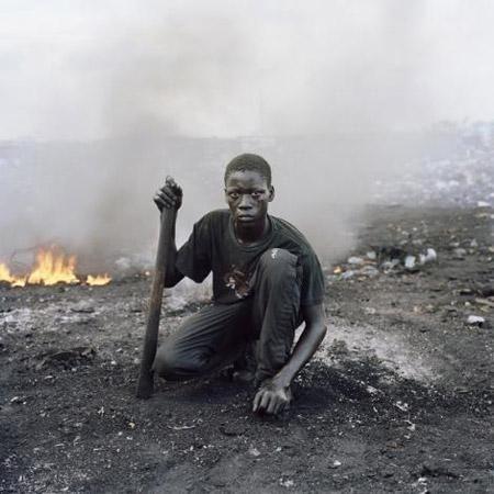 """Sonuçta, """"Gana""""nın başkenti Akra""""daki Agbogbloşe tehlikeli bir hazine avı bölgesine dönüştü. Yoksul köylüler, e-atıkları eriterek elde ettikleri bakır ve diğer metalleri satıyor. Yerli üreticiler, bu metaller karşılığında yoksul köylülere az ama düzenli bir gelir sağlıyor."""