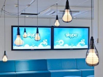 """Skype <br/><p></p><br/>Projenin ilk adı olan """"Sky peer to peer"""" (""""Gökyüzünde eşten eşe"""") zaman içinde """"Skype""""a dönüştü. İlk başta """"Skyper""""a dönüştürülen isimdeki """"r"""" harfi, domain adı kısıtlamaları nedeniyle çıkartıldı."""