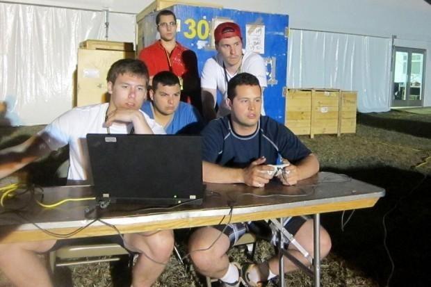 Bunun yanında takımın gizli bir silahı vardı.Kazanan takımın sponsoru yarısma da kullanılan aydaki taşların simülasyonunu üreten EVC Ltd şirketiydi ve takımın yarışmada kullanılan taşların nasıl davranış sergileyecegini bilmelerini sağladı.