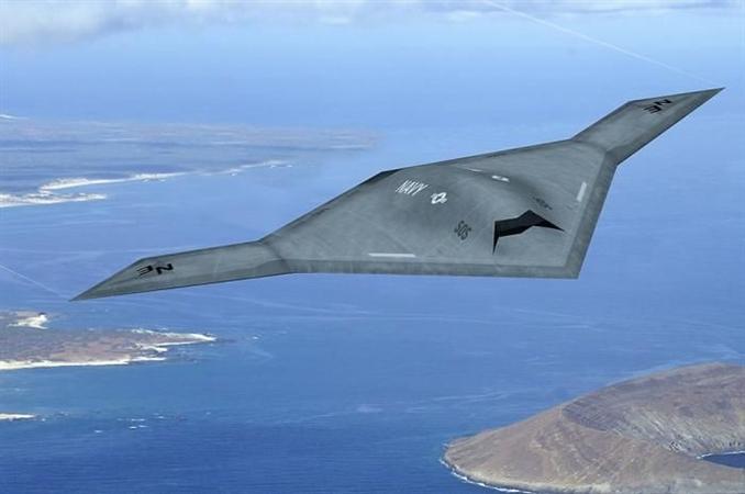 X-47B<br/>X-47B şu anda insansız hava araçları arasında en ileri teknolojiye sahip araç. B2 uçaklarının tasarımından esinlenilmiş gövdesinin içinde, diğer İHA'lar gibi uzaktan kontrol, hedef tespiti ve imhası gibi teknolojilerin yanında çok önemli iki özelliği daha bulunuyor.<br/> <br/>Bu özellikler X-47B'nin mükemmel yapay zekasından ileri geliyor Bunlardan ilki aracın havada yakıt alabilmesi ve bu sayede teoride sonsuz süre havada kalabilmesi. Bir pilotun maksimum 10 saat savaş uçağı kullanabildiğini düşünürsek bu gerekten inanılmaz bir avantaj. X-47B yakıt alırken gereken ince ayarlamaları gelişmiş sensorleri ve yapay zekası sayesinde kendi kendine hallediyor. Bu yapay zekanın hallettiği önemli bir hadise de, bir pilot için bile son derece güç olan, uçak gemisine inme görevi. X-47B'nin bilgisayarları kusursuz algılamaları ve hesaplarıyla bu işin de üstesinden geliyor.