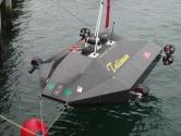 TALISMAN<br/>Denizlerde Protector çok önemli bir robot araç fakat yalnız değil. Talisman tam donanımlı bir insansız denizaltı ve normal mini denizaltılardan eksiği yok fazlası var.<br/> <br/>Deniz muharebelerinin en önemli silahlarından biri mayınlar ve bugüne kadar mayınlar yüzünden batmış gemilerin sayısı, diğer herhangi bir sebepten batmış gemilerin sayısından daha fazla. Mayınlar bırakıldığı yerde on yıllarca tehlike arz etmeye devam edebiliyor. Bu durum mayın temizlemeyi önemli bir görev haline getiriyor. Talisman'e sahip olmayan ordular mayınları temizlerken zaman zaman mayının yanına bir dalgıç yollamak hatta dalgıcın mayına dokunarak onu yek edecek ekipmanı kurmasını istemek zorunda.<br/> <br/>Bu zor görevlerde Talisman devreye giriyor. 300 metreye kadar dalabilen bu araç otonom veya yarı otonom olarak mayınları tespit edebiliyor, üzerindeki robot kollar sayesinde mayını imha edebiliyor.
