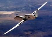 GLOBAL HAWK<br/>Kafamızı tekrar yukarı çevirelim ve dev bir demir kuşu görmeye çalışalım. Fakat bahsedeceğimiz bu aracı çıplak gözle görmeyi bir yana bırakın, son derece gelişmiş gözlem araçları bile bu aracı göremiyor çünkü Global Hawk 60.000 feet yükseklikten uçan dev bir İHA. Bu kadar yüksekten uçması bu aracın en büyük savunma silahı. Tek uçuşta Amerika'yı boydan boya geçebiliyor. Hızlı ve dayanıklı bir araç. Bu araç uydu ve yer istasyonuyla 250 Mbit/s hızlık bir iletişim kanalıyla bağlı. Üstün gözlem yeteneklerinin yanında Global Hawk silah bulundurmuyor.