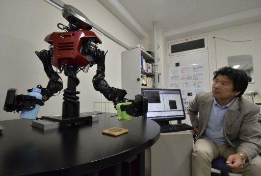 Hiro Tokyo Teknoloji Enstitüsü profesörlerinden Osamu Hasegawa robotların etrafı gezinmesini ve bir problemi daha hızlı çözebilmek için gerekli araştırmaları yapmak amacıyla internette dolaşmasını sağlayan bir sistem geliştirdi. Kawada Endüstrisi İnsansı robotu, Hasegewa onu izlerken bir bardağa su dökebiliyor. <br/><br/><p> </p>