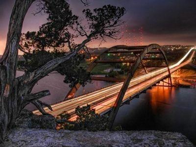 Eski ahşap yapılardan günümüzün ultra modern fütüristik dizaynına doğru yol alınan inşa alanında köprüler ayrı bir yer tutmaktadır. Dünyanın en iyi mimari örneklerinden olan köprüler körfezleri, kıtaları ve şehirleri birbirine bağlar. İşte dünyanın en göz alıcı köprüleri...<br /><br/><br/><br /><br/><br/>10. Pennybacker Köprüsü/ Austin, ABD<br /><br/><br/><br /><br/><br/>Batı Austin tepeleri arasından kıvrılan Teksas'daki en güzel manzaraya sahip otobanın geçtiği köprüdür. Güzel mimarisi ve bakır yapısıyla etraftaki manzarayla uyum içinde yükselmektedir. Köprü resmi olarak 1982 yılında trafiğe açılmıştır.<br/><br/><p> </p><br/><br/><br/><br/><p> </p>