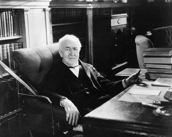 """Birinci sırayı Thomas Edison'a vermezsek kendisine büyük haksızlık yapacağımızı düşünüyorum. Yıllarca alternatif akıma karşı bir kampanya yürüten Edison şu sözleri ile her şeyi açıklıyor. """"Alternatif akımla bir şeyler yapmak tamamen bir zaman kaybı. Hiç kimse bunu kullanmaz ki. Asla."""" (Fooling around with alternating current is just a waste of time. Nobody will use it, ever)."""