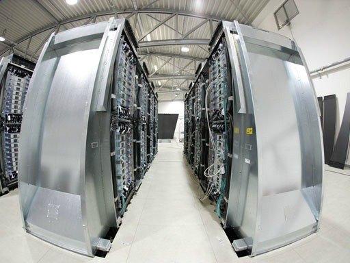 SuperMuc. Alman Bavyera Bilim Akademisi tarafından geliştirilen SuperMuc saniyede 3 katrilyon veri işleyebilmektedir. Dünyanın ilk su soğutmalı bilgisayarıdır. Bu sistem ısınma sorunlarını %40 azaltmıştır. 83 milyon Euro'ya mal olmuştur.