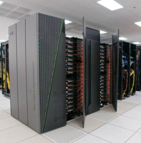 IBM Sequio. IBM tarafından Amerikan Ulusal Güvenlik Dairesi için üretilmiştir. Saniyede 16,32 petaflop (1 petaflop=1 katrilyon) veri işleyebilen bu süperbilgisayar  96 raftan, 98.304 bilgi işlem düğümünden, 1,6 milyon petabaytlık bellekten meydana gelir.