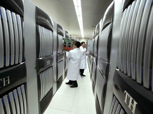 Tianhe-1A.  Bir Çin harikası olan bu bilgisayar saniyede 2,5 katrilyon veri işleyebilmektedir. 14336 adet işlemci bulundurur. 90 milyon dolara mal olmuştur. Çalışması için sadece 4,04 Megawatt güce ihtiyaç duyar.