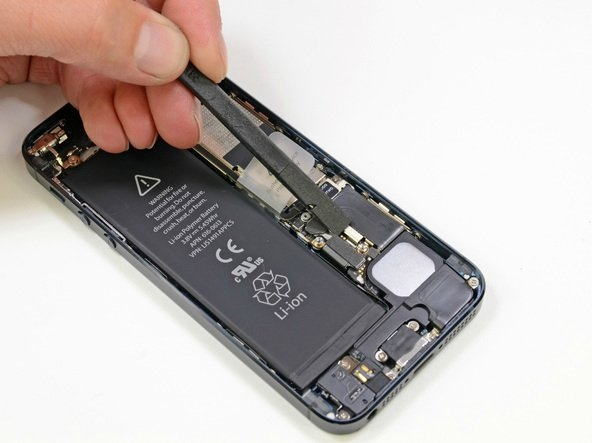 Elektronik aygıtları parçalayıp birleştirme ustası iFixit bu seferde iPhone 5'e el attı.  iFixit'e göre iPhone 5'in sökülme mekanizması iPhone 3GSle oldukça benzer. iPhone 5 ince ekranı sayesinde kolay sökülürken pili de benzer şekilde sökülebiliyor. Pili sökmek önemli bir işlem, aksi halde akım kesilmez ve kısa devre oluşur.